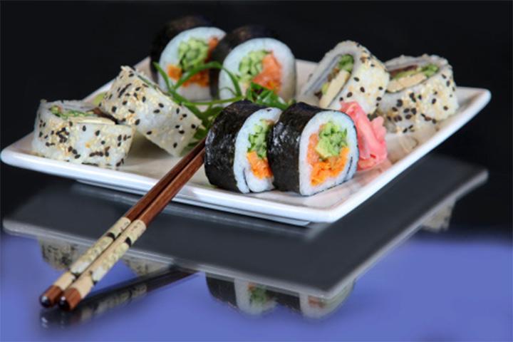 60% OFF em combinado de sushi 15 peças: 5 hot + 5 urama